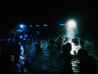 Tremor de contrastes: da festa à obscuridade